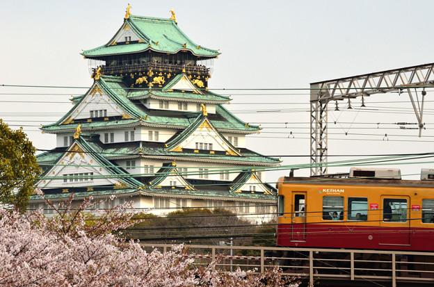 写真: 大阪城下を行く京阪特急