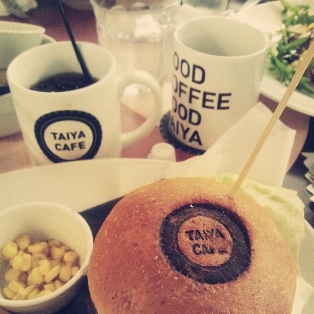 写真: バーガーとコーヒー@TAIYA CAFE