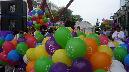 たくさん用意された虹色の風船。