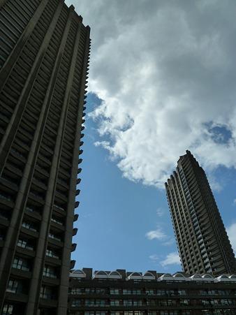 高層ビルに囲まれた場所