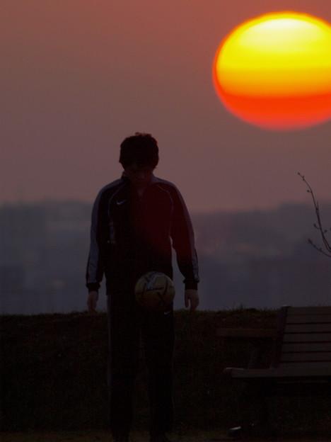 夕陽と少年