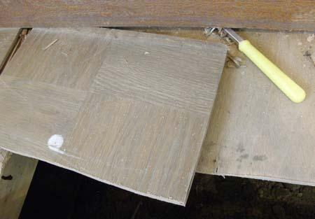 古い床材を外す