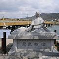 写真: 紫式部像と宇治橋