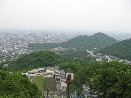 向こうの山の手前に円山動物園があるはず