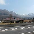 レストハウスやまなみから、長者原ビジターセンターと、背後に九重連山を望む