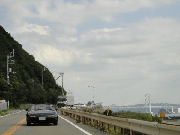 大鳴門橋をバックに走る